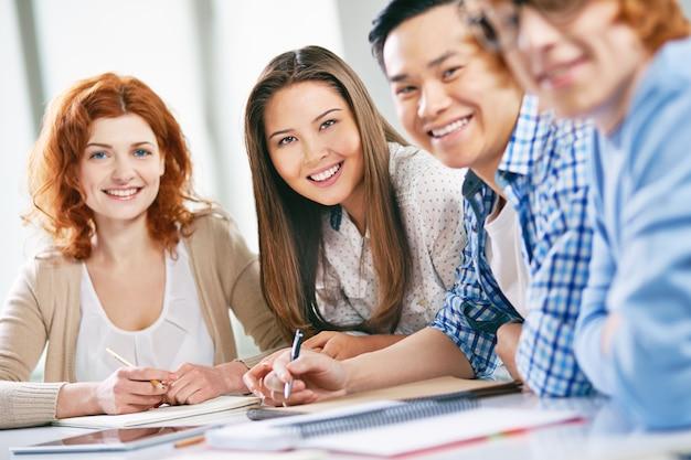 Grupo de estudiantes felices preparándose para el examen Foto gratis