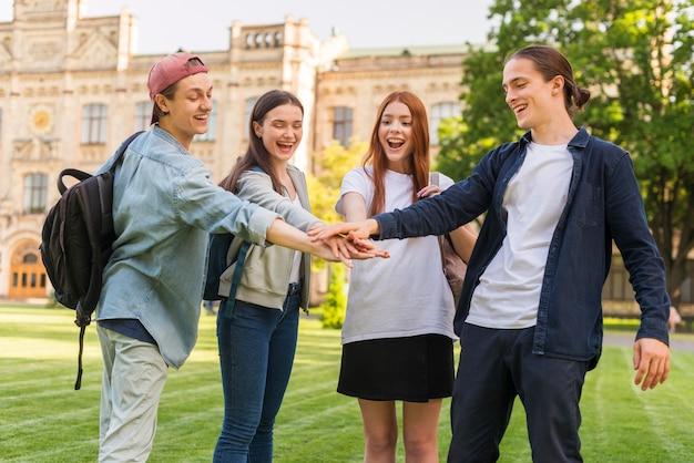 Grupo de estudiantes felices de volver a la universidad