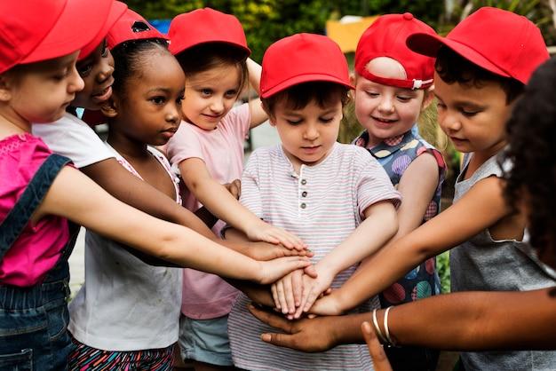 Grupo de estudiantes de gorra roja son la felicidad.