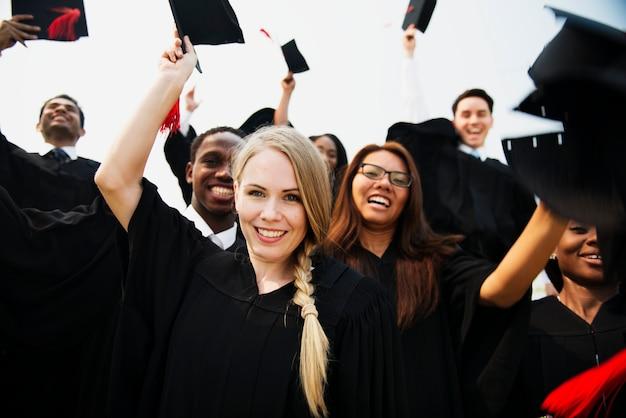 Grupo de estudiantes graduados diversos