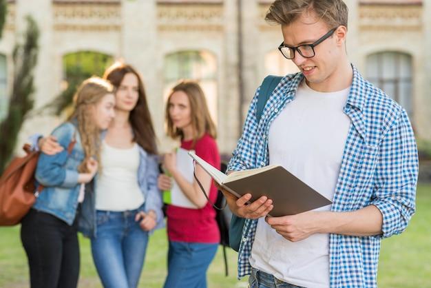 Grupo de estudiantes jóvenes enfrente de edificio