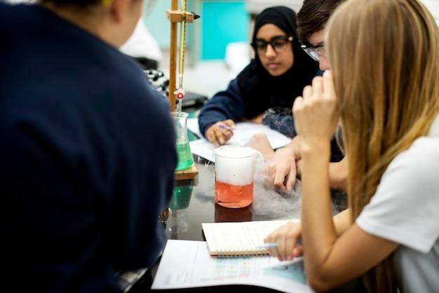 Grupo de estudiantes laboratorio de laboratorio en aula de ciencias.