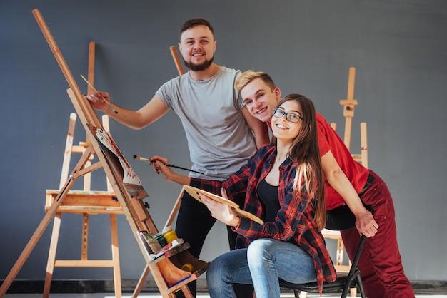 Grupo de estudiantes pintando en clases de arte