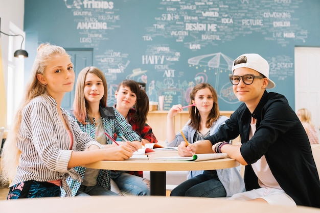 Grupo de estudiantes posando en la mesa