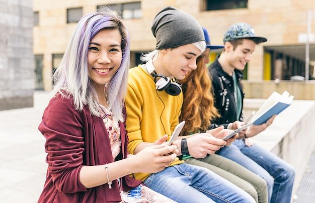 Grupo de estudiantes que estudian juntos en un área urbana