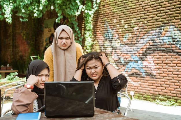 Grupo de estudiantes que tienen problemas con tareas incorrectas
