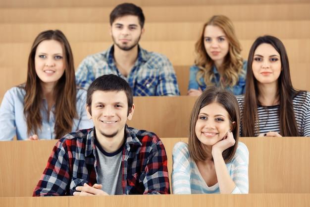 Grupo de estudiantes sentados en el aula