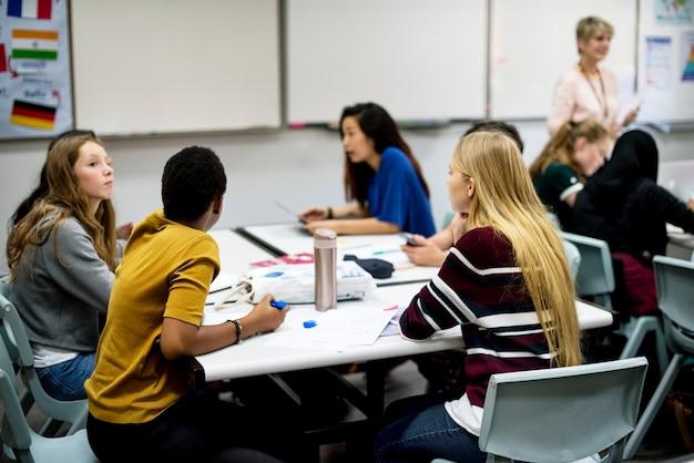 Un grupo de estudiantes trabajando juntos