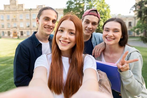 Grupo de estudiantes universitarios tomando una selfie
