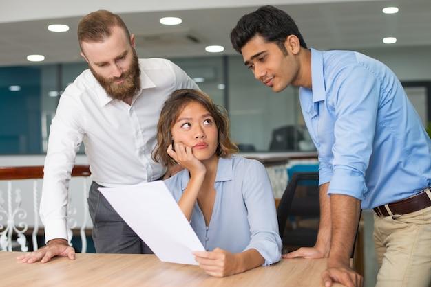Grupo de expertos discutiendo informe