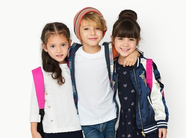 Grupo de la felicidad de los estudiantes lindos y adorables están de vuelta a la escuela