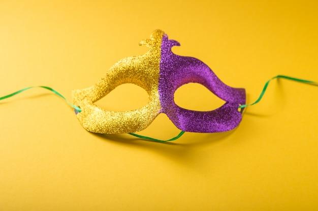 Un grupo festivo y colorido de carnaval o máscara de carnivale sobre un fondo amarillo púrpura. máscaras venecianas.