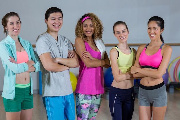 Grupo de fitness equipo de pie con los brazos cruzados