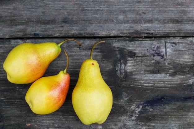 Grupo de fruta de pera de jardín en madera grunge