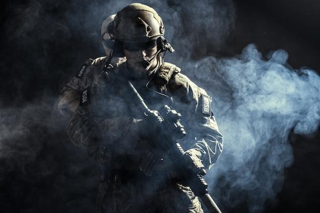 Grupo de fuerzas de seguridad en combate de uniformes con fusiles.