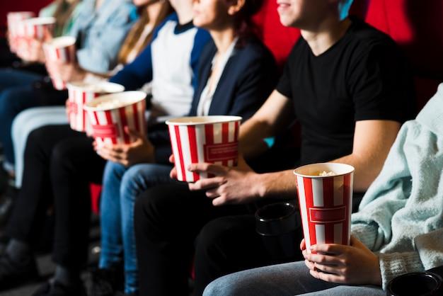 Grupo de gente en el cine