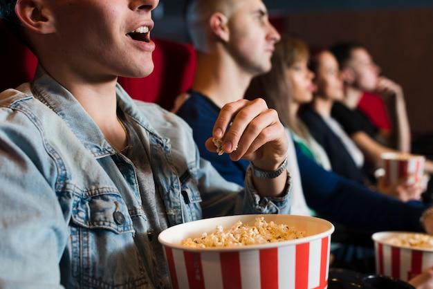 Grupo de gente joven en el cine