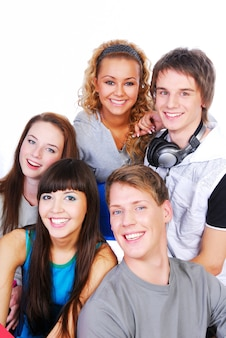 Grupo de gente joven hermosa aislada en un fondo blanco.