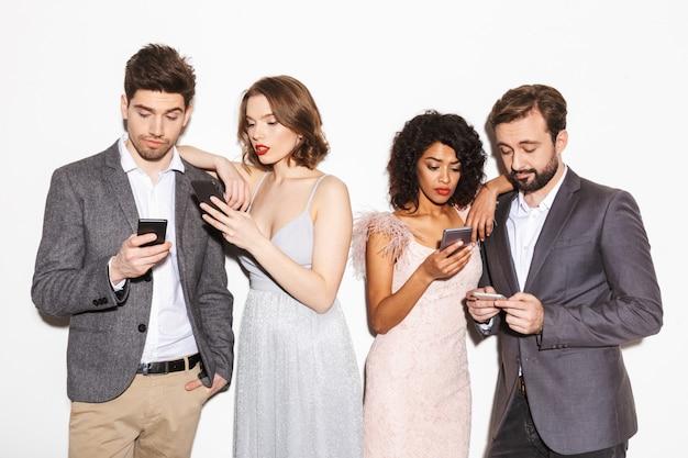 Grupo de gente multirracial bien vestida aburrida
