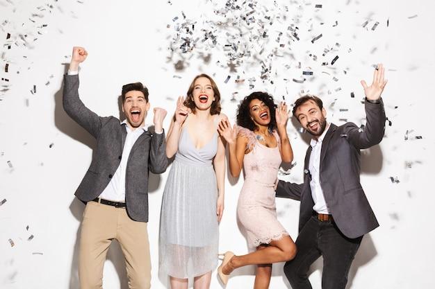 Grupo de gente multirracial bien vestida feliz bailando