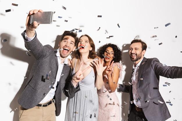 Grupo de gente multirracial bien vestida feliz