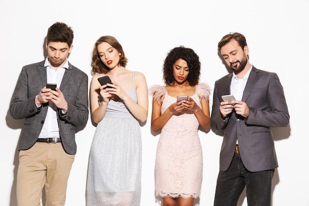 Grupo de gente multirracial bien vestida moderna