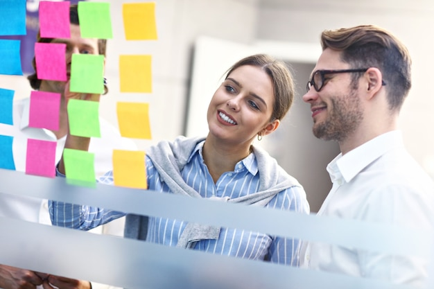 Grupo de gente de negocios compartiendo ideas en la oficina moderna