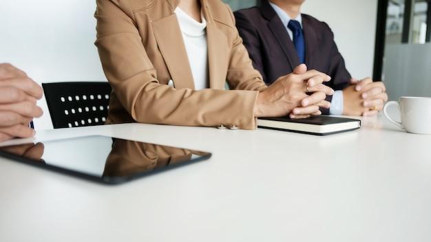 Grupo de gente de negocios discutiendo la valoración de bienes raíces con el líder ejecutivo en una oficina moderna