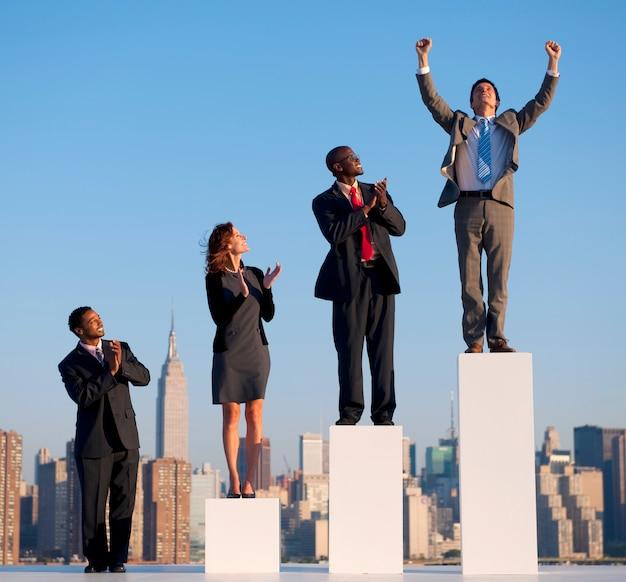 Grupo de gente de negocios diversa con gráfico de crecimiento.
