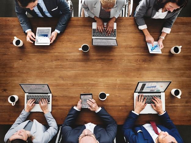 Grupo de gente de negocios diversa está teniendo una reunión
