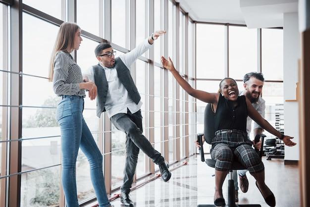 Un grupo de gente de negocios divirtiéndose