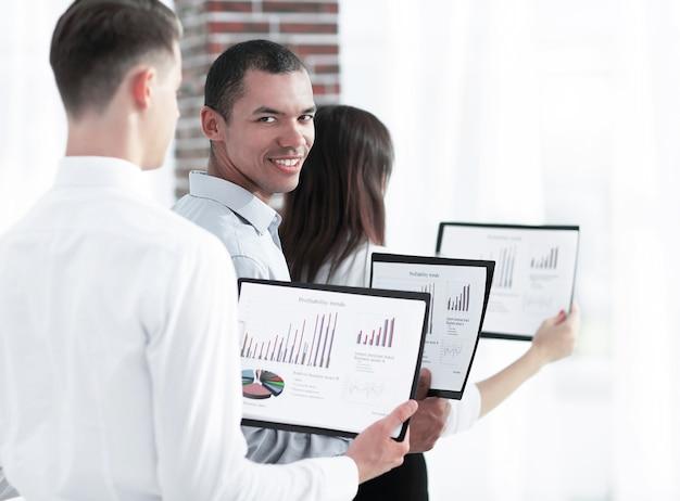 Grupo de gente de negocios con documentos financieros. el concepto de trabajo en equipo