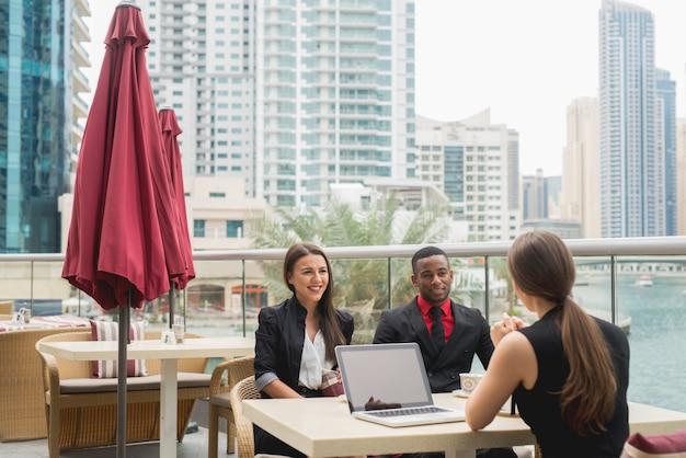 Grupo de gente de negocios equipo reunión hablando trabajo entrevista lluvia de ideas planificación.