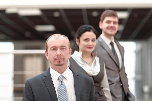 Grupo de gente de negocios en el fondo de la oficina
