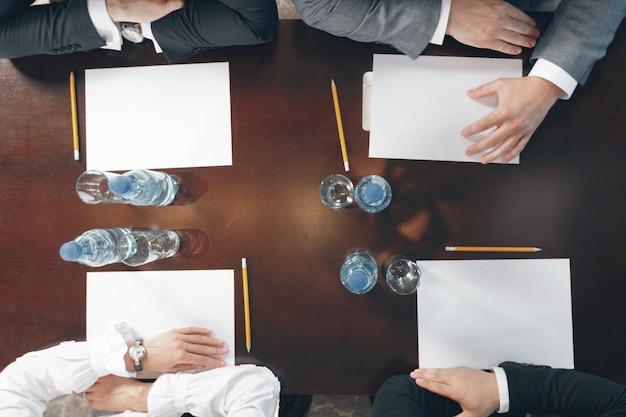 Grupo de gente de negocios ocupados trabajando en oficina, vista superior