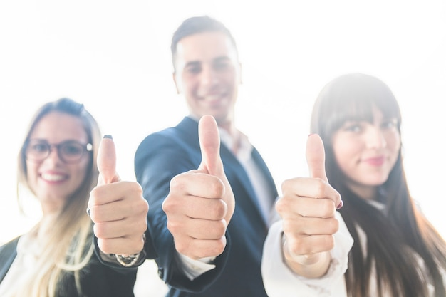 Grupo de gente de negocios que muestra el pulgar hacia arriba signo