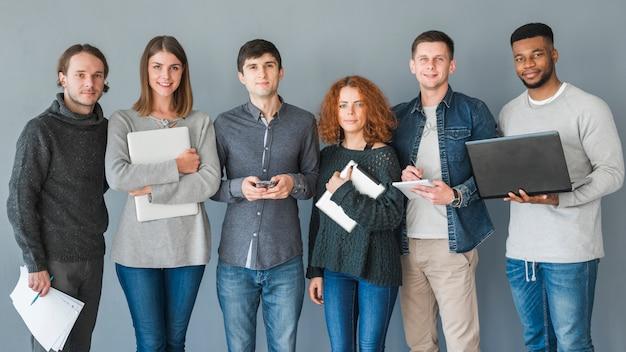 Grupo de gente con portátiles