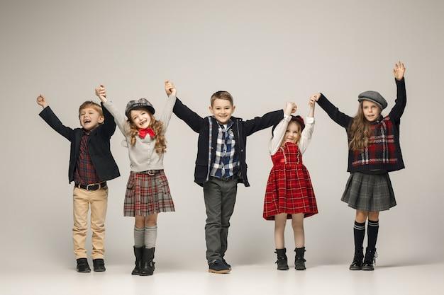 Grupo de hermosas chicas y chicos posando