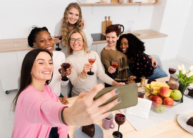 Grupo de hermosas mujeres tomando una selfie juntos