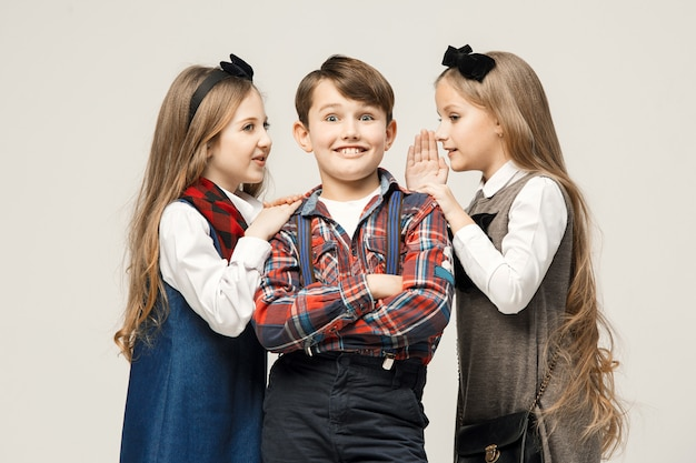 Grupo de hermosos niños posando