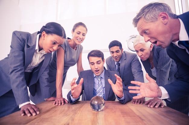 Grupo de hombre de negocios predecir el futuro
