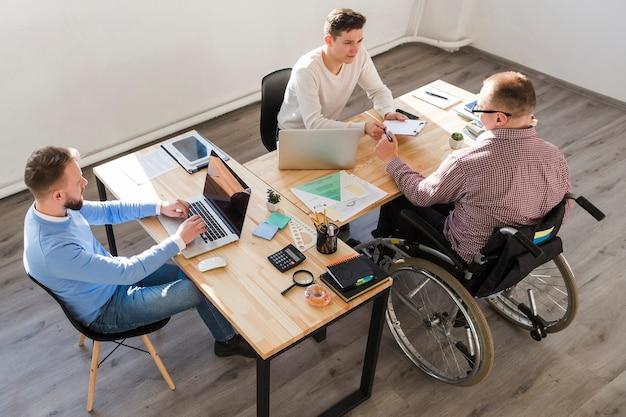 Grupo de hombres adultos trabajando juntos en la oficina