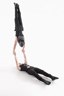 Grupo de hombres caucásicos acrobáticos gimnásticos en pose de equilibrio
