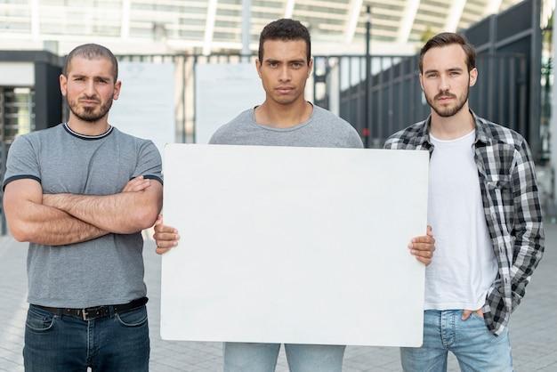 Grupo de hombres manifestando juntos