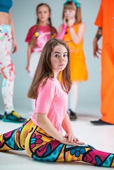 Grupo de hombres, mujeres y adolescentes bailando coreografía de hip hop