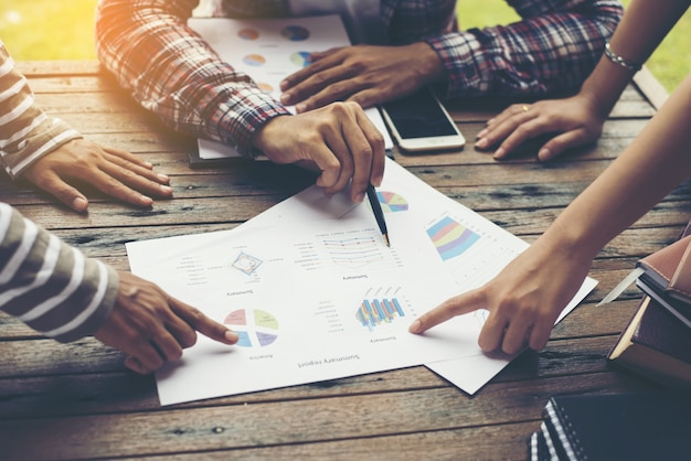Grupo de hombres de negocios estrategia de marketing de análisis