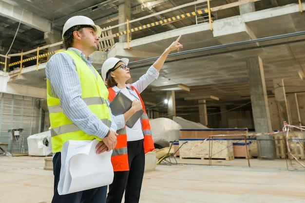 Grupo de ingenieros, constructores, arquitectos en la obra.