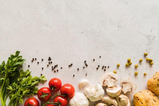 Grupo de ingredientes italianos en mesa blanca