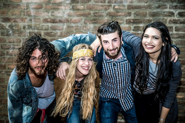 Grupo de jóvenes adultos dando vueltas en una discoteca