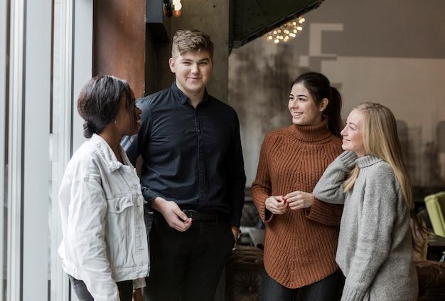 Grupo de jóvenes amigos hablando entre ellos